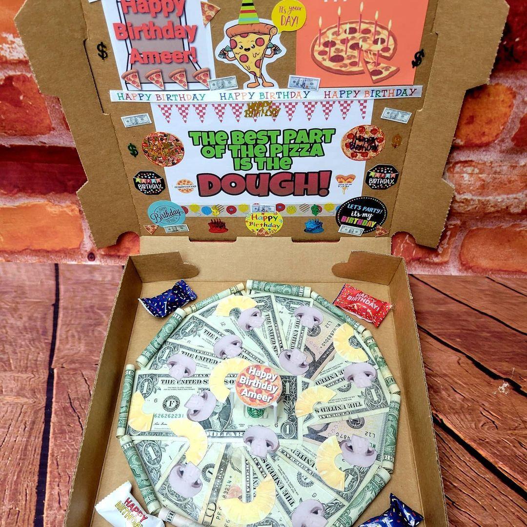 Caja de pizza con dólares
