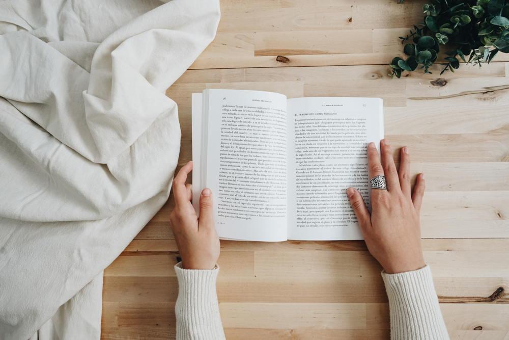 Una mujer lee un libro